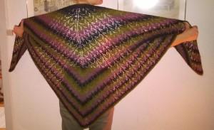 Tulipansjal strikket i Hjelholts 1-trådede farveskiftegarn