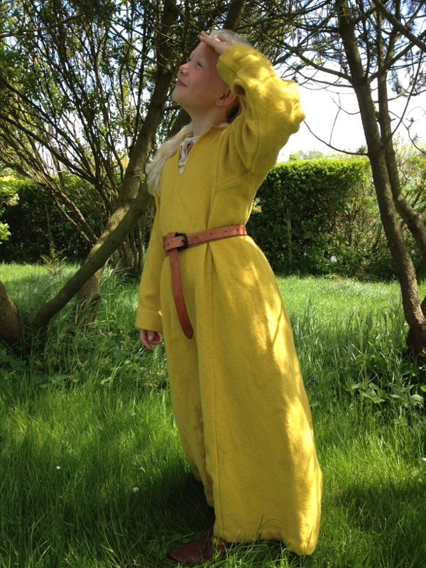 Freja med uldkjole med lange kiler